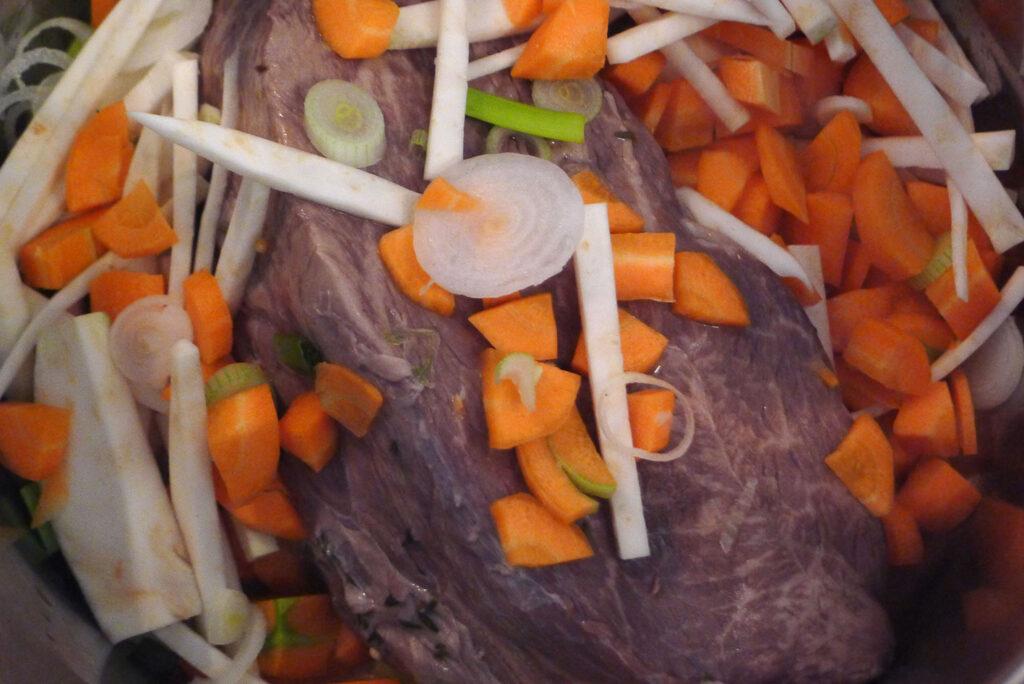 das Fleisch im Schmortopf mit dem Gemüse