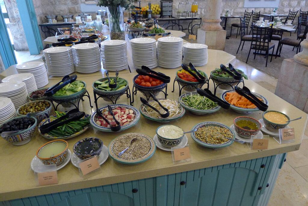 Reichhaltiges Israelisches Frühstück mit Humus und Gemüse